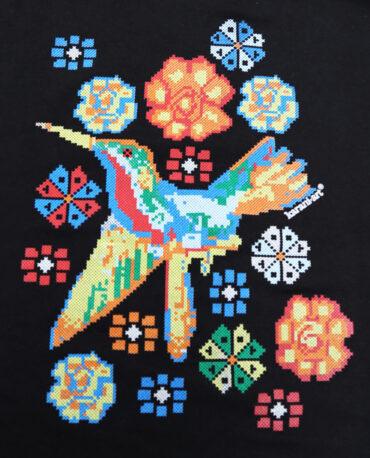 playera-colibri-punto-de-cruz-detalle