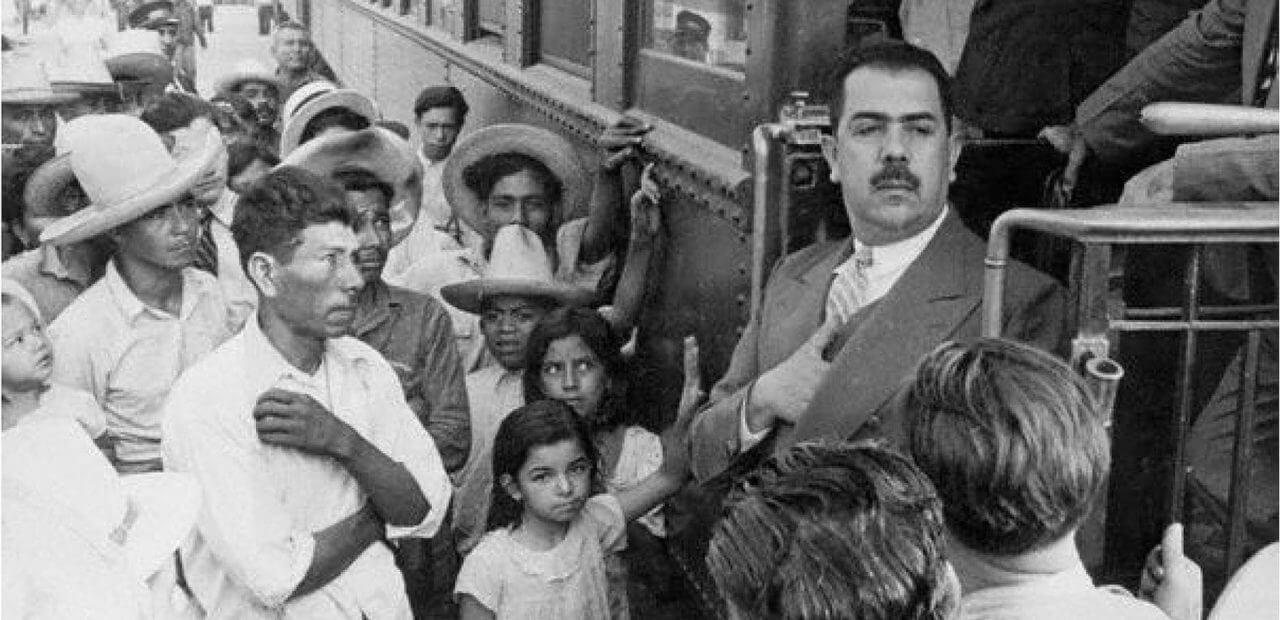 Lázaro Cárdenas entrehando apoyos