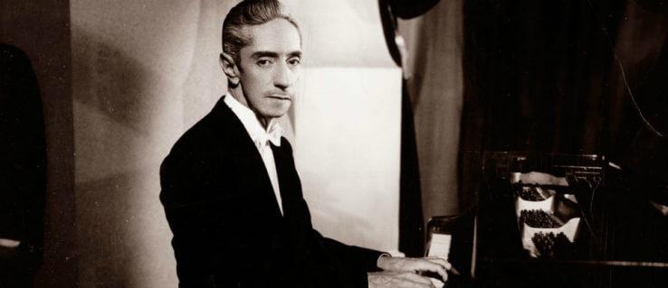 Agustín Lara con su piano