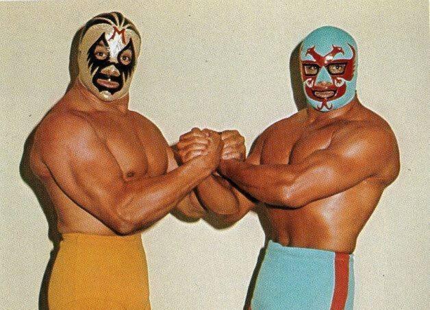foto de dos caras y mil máscaras